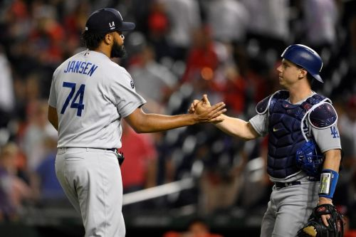 Dodgers wait out long rain delay, defeat Nationals for eighth consecutive win