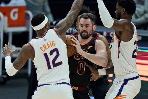 Booker scores 31, Suns dominate OT to beat Cavs 134-118
