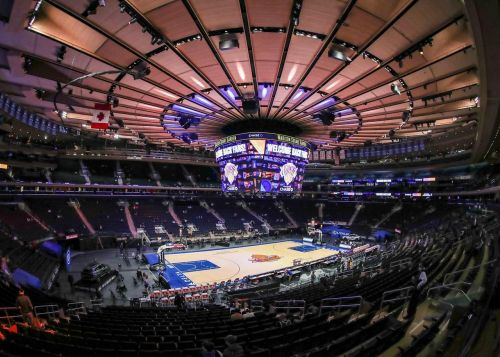 Curry leads Warriors past Knicks as fans return to MSG