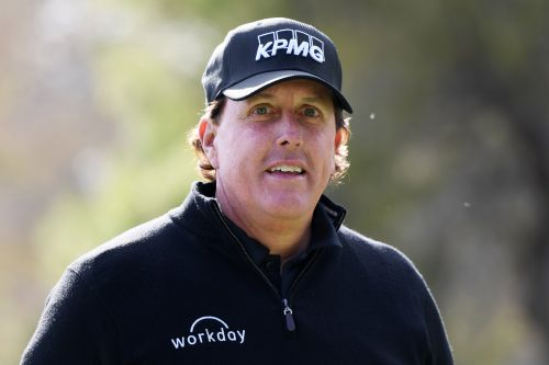 Phil Mickelson loses $200K on first hole of Tiger Woods duel