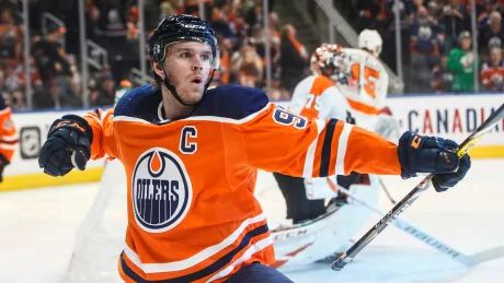 Connor McDavid's 5-point night helps Oilers upend Flyers in Carter Hart's homecoming