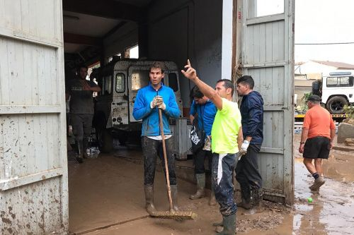 Nadal lends hand in Mallorca flood clean-up
