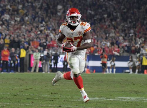 Browns sign ex-Chiefs RB Kareem Hunt as NFL investigation remains ongoing