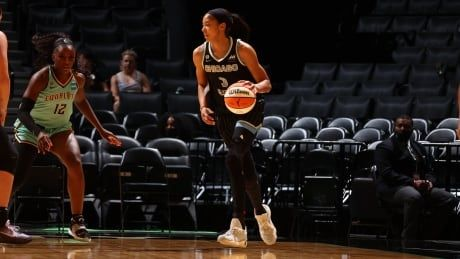 Candace Parker lifts Sky over Liberty for 6th straight win